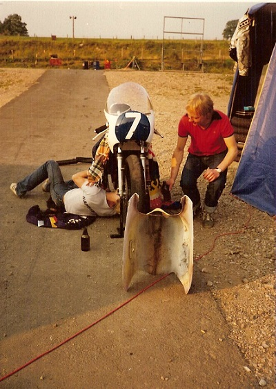 Knutstorp 1981. Chris laver grundig undersøgelse på Kirsteins cykel.