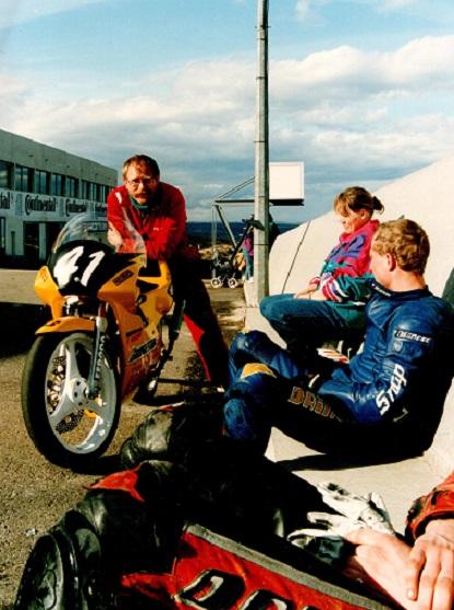 Chris sammen med Alex Rasmussen og hans fru Jette i et afslappet øjeblik. Pau - Frankrig.