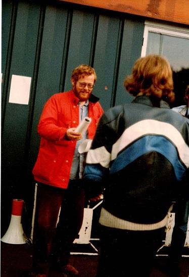 1980-10-04-05 Knutstorp. Vikings formand Per Becher deler præmier ud. Her til Finn.