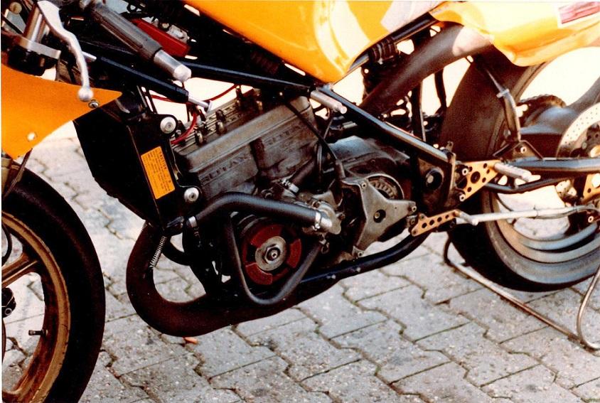 En Armstrong uden kåbe, hvor man ser den to-cylindrede Rotax in-line motor.