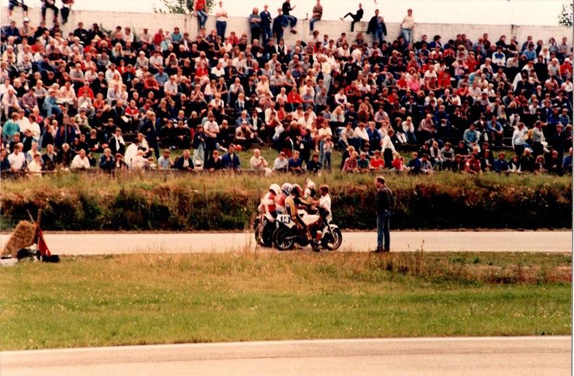 1985-08-18 RD int. Starter Åge Nickelsen lykønsker de tre forreste i FII klassen, Pølle,Egon Rasmussen og Finn.
