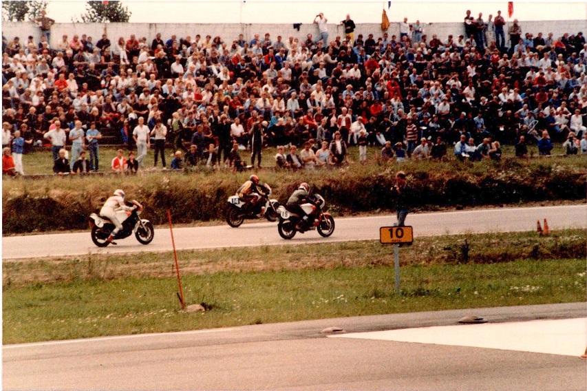 1985-08-18 RD int. Finn med nr. 14 foran den godt besatte tribune. 19 Torben Søndergaard. 2 Per Rasksen.
