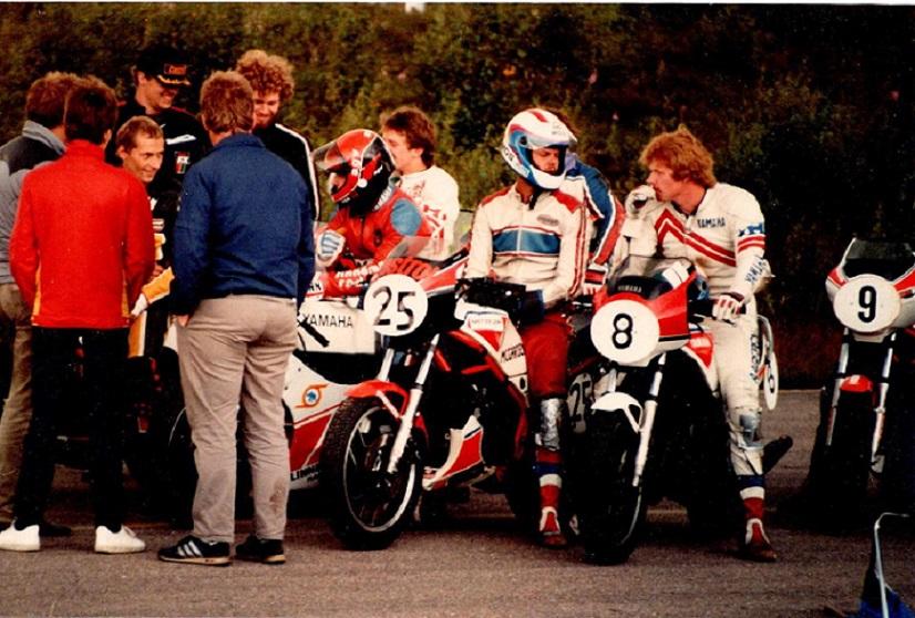 1985. Fra et af årets løb ses Finn tv. Rene Rasmussen med nr. 25, Per Rasksen nr. 8.