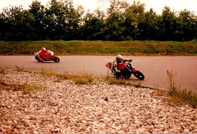 1987-08 RD Int. Bott. Finn med nr. 1 her i dyst med nordmanden David Bue Anderssen, der til slut vandt foran Finn. Finn kørte Kawasaki GPZ500. Nordmanden Ducati.