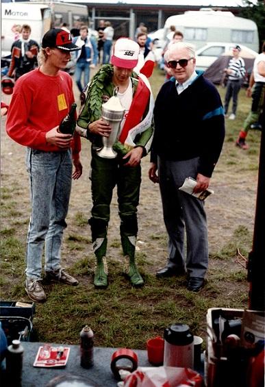 1988-08 JR img3. Finn med sejrspokalen. mekaniker og fætter Jan Villadsen tv. Sponsor Kawasaki importør Carl Andersen th.