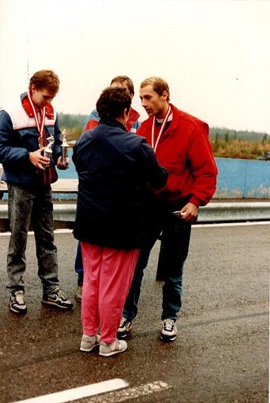 1988-09-11 Anderstorp DM finalen. Finn modtager sin DM sølvmedalje af Lissie Laursen fra DMU´s bestyrelse. Anders Skov delvist skjult vandt DM, mens Joel Fisker tv løb med bronzen.