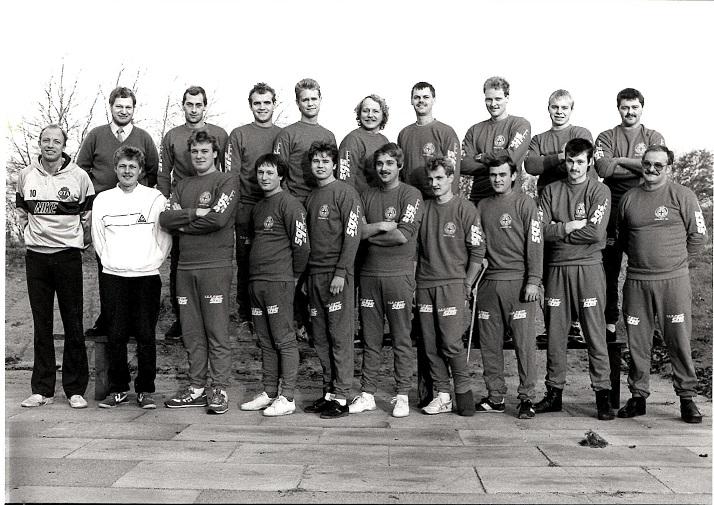 """Finn kom med i Team Danmark """"Projekt 92"""". Fra venstre sportspsykolog Jan Ravnholdt, SU-formand Eigil Solkær og Finn. Th landstræner Preben Andersen."""