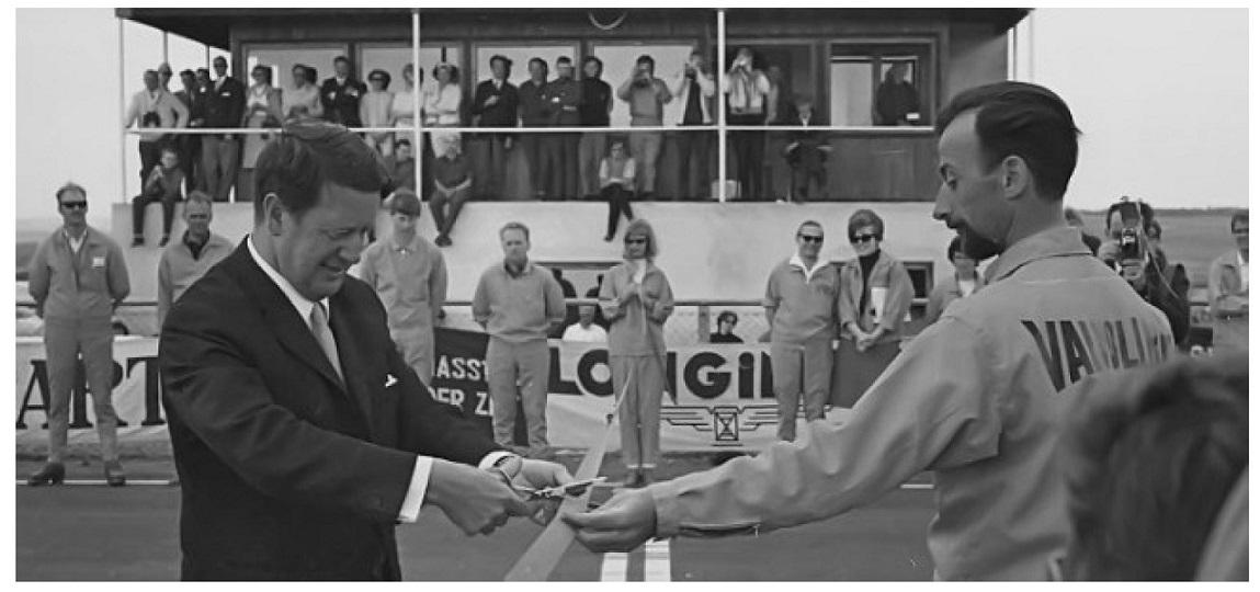 Fra Jyllands-Ringens åbning i maj 1966. Den motorglade Erhardt Jacobsen klipper snoren. Banens inspektør i de første år var Erik Fagerdal th.