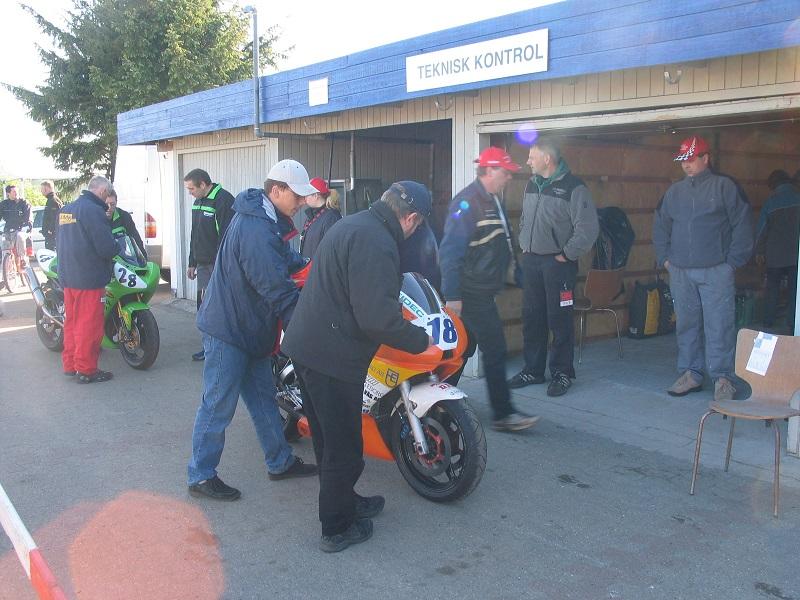 Travlhed i TK. Bent Jensen forrest. Krause er ved at syne Kawasaki 28 med fører Søren Hole i Team Midtfyn og Karsten Rasmussen.
