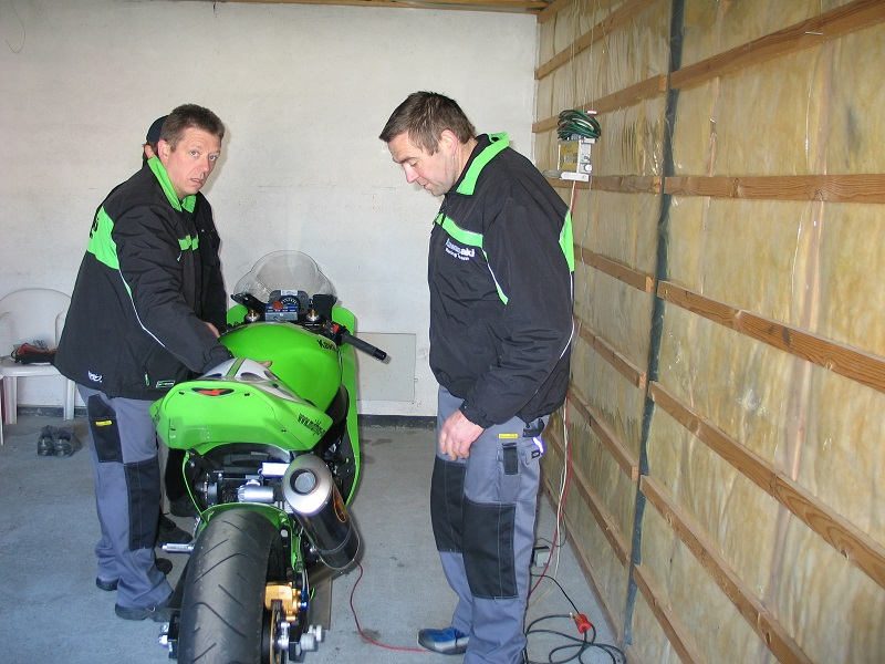 Teamchef Karsten Rasmussen th kontrollerer vejningen.