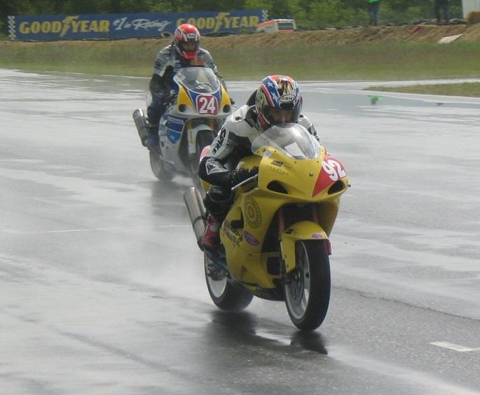 Et par svenske debutanter i regnen.