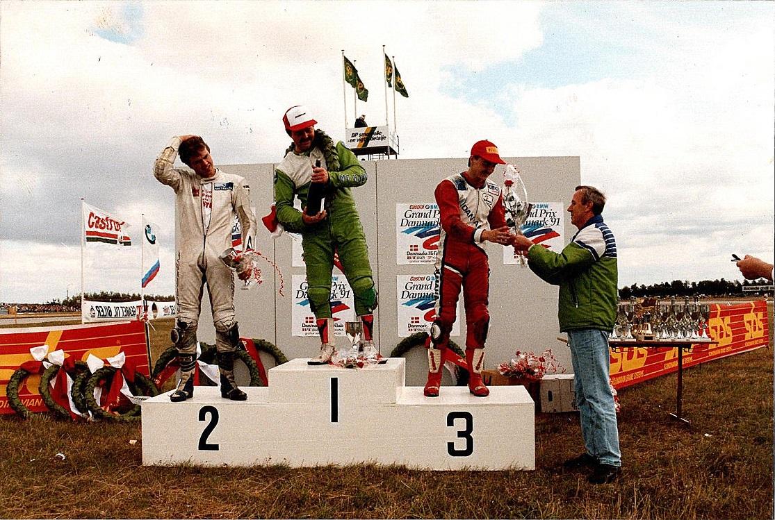 """Kim """"Ræs"""" sejrede i Supercup foran John Keis og Anders Rasmussen.  Erik Lyngkilde fra Kawasaki deler præmier ud."""