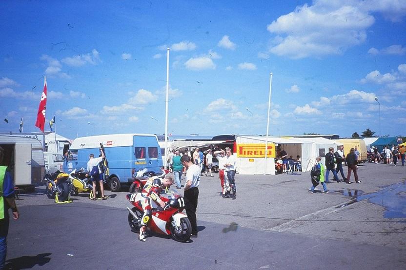 Paul Kierstein lagde et nyt kapitel til sin karriere i 1998. Han kørte en sæson på 125cc racer og prøvede her raceren af på Jyllands-Ringen. img1