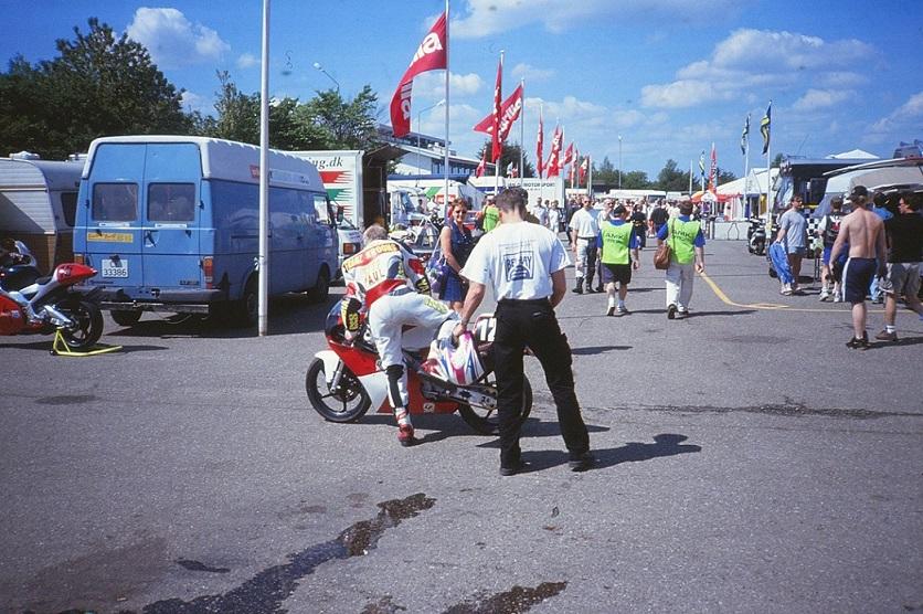 Paul Kierstein lagde et nyt kapitel til sin karriere i 1998. Han kørte en sæson på 125cc racer og prøvede her raceren af på Jyllands-Ringen. img2