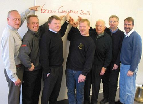 Klar til opstart af Challenge. Fra højre Peter Elgård, DTC, Knud Møller, DMU´s RR-formand, Carl Andersen Kawasaki, Vagn Jensen, Triumph, Jens Thorup Hauge, Honda, Per Bach, Suzuki og Claus Poulsen, Yamaha.