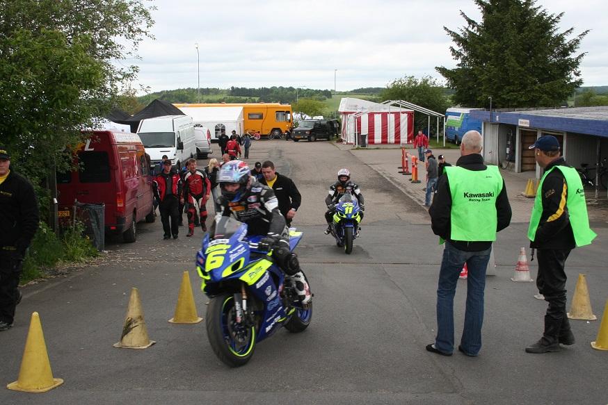 Suzuki-team på vej ud. Forrest Kim Philip 6 fulgt af Thomas Harding 11.