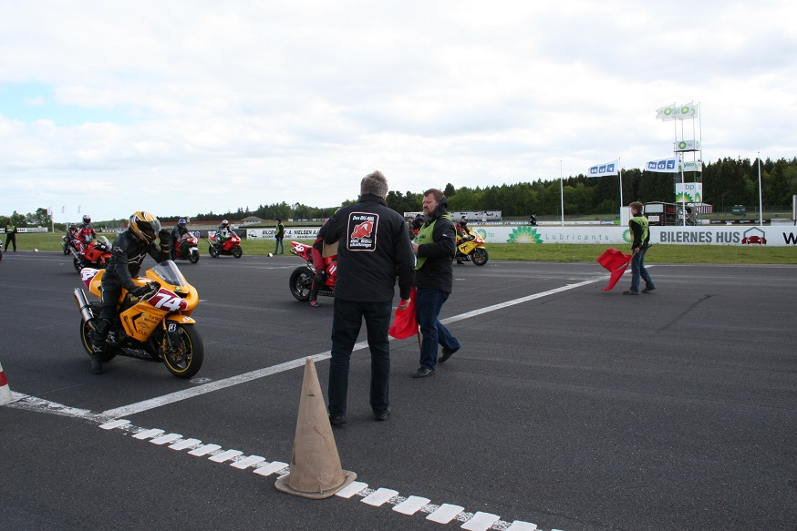 Line up. Knud Møller med ryggen til i en af de jakker, der blev fremstillet til Challenge-serien. Starter Kaj Lehmann ved siden af Knud.