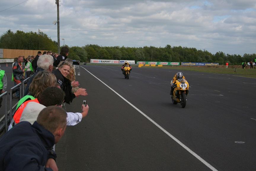 Nicolai fører løbet, men må bryde efter en kollision med en anden kører.