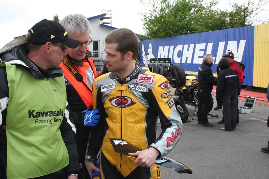 Nicolai fortæller om sit uheld til pitchef Stig Madsen.