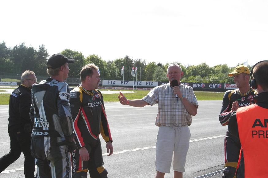 Speaker Bo Caspersen fortæller og snakker med Harding, Prang og vinderen Ulrik th.