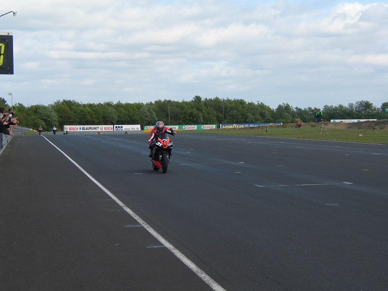 Steven Tirsgård kører i mål.