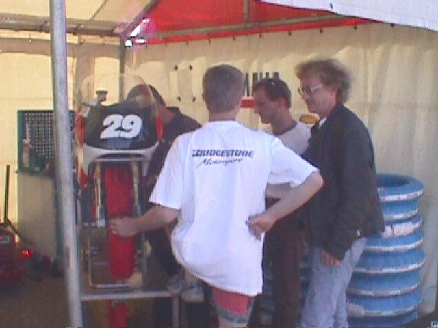 Landstræner Chris Jensen ser til Lars Ib Kristiansens cykel, 29
