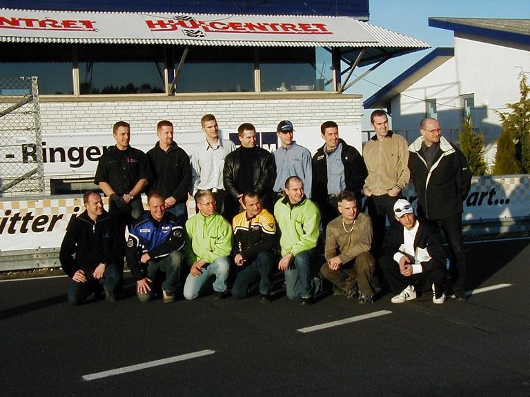 """Fotosession med de fleste af de kørere, der var mødt op til pressemødet i marts forud for den nye spændende serie """"Den Blå Avis 600 Challenge."""""""