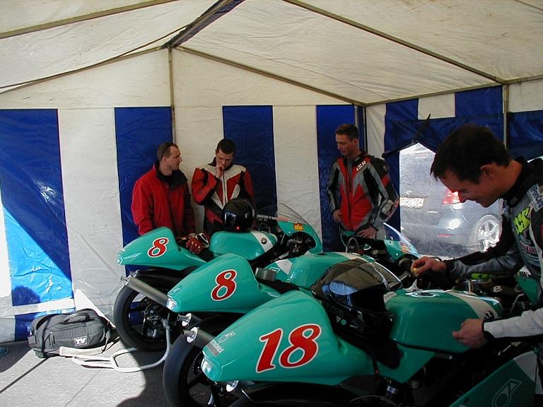 Landstræner Chris Jensen havde sit EM 250cc team med til presseseancen. Fra venstre Chris, Nicolai Sørensen, Kenni Aggerholm og Michael Selmar. Nicolai og Selmar deltog også i Challenge 2003, når det ikke kolliderede med EM-serien.