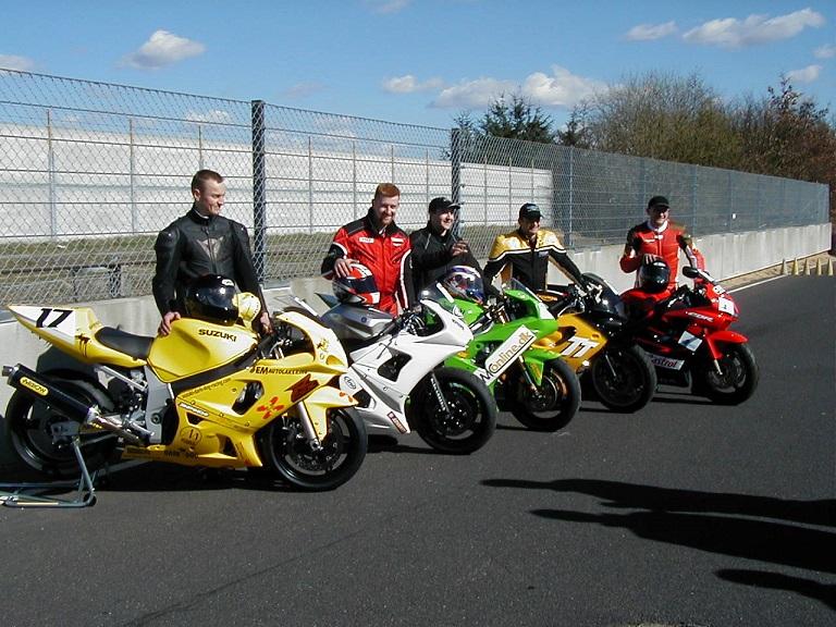 De 5 deltagende mærker i Challenge 2003. Suzuki-Rikko Stendevad, Yamaha Ulrik Døssing, Kawasaki Anders Rasmussen, Triumph Tommy Rønn, Honda Ole Madsen img3