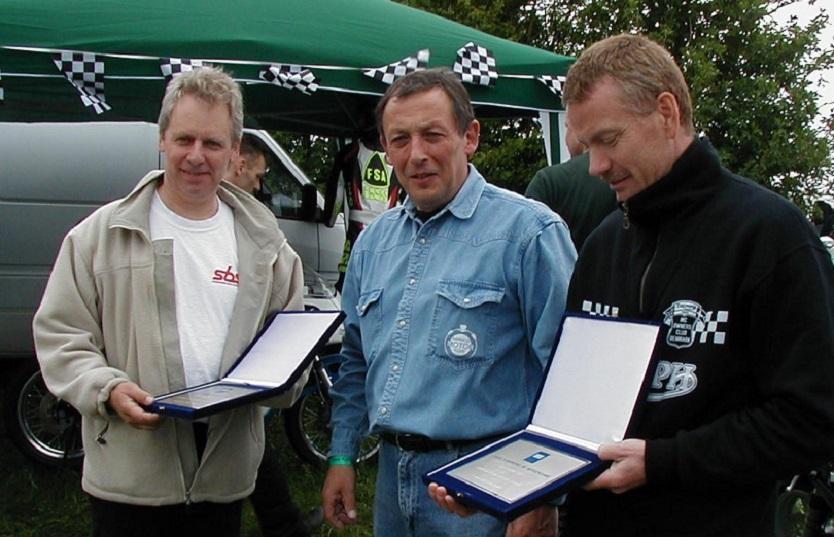 Formand Bent Andersen havde flotte præmier med til de to herrer Poul Jørgen Taul tv og Jens Kroon th.