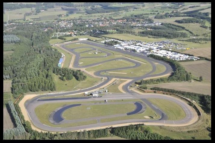 Luftfoto af Jyllands-Ringen efter sammenlægningen af de to baner. Man ser også den nyanlagte indvendige sløjfe i opløbssvinget. Når man ser på den vinkel, hvor den nye sløjfe rammer langsiden, kan man forestille sig, at det gav problemer i forhold til autoværnet.