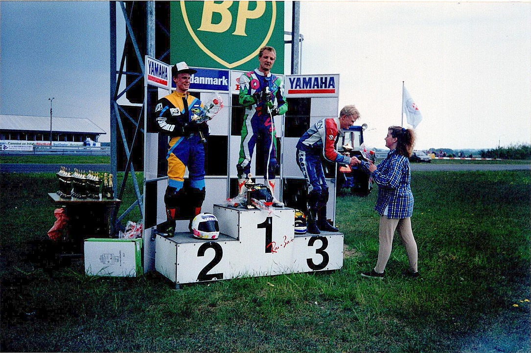 Sejrspodiet i 125cc klassen. Chris Jensen 1, Ulrik Hasager 2, Timo Immonen 3. Line Nøjsen gratulerer.