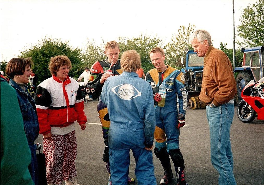 Fru Vendelbo, Jørgen Vendelbo, Alex Hasager med ryggen til, Ulrik og Vendelbo senior.