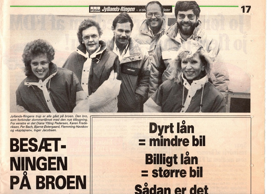 Et billede af staben på banen. Specielt bemærkes nr. 3 fra venstre Per Bach, som efterfulgte Inger Jacobsen som daglig leder i mange år. Rigtig mange af vore medlemmer vil derfor have stiftet bekendtskab med Per.