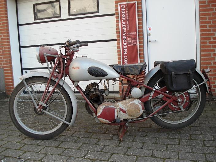 Far renoverede omkring 1972 denne lille fine Triumph XO 175cc fra 1933. Den trængte efter mange års stilstand til en ordentlig overhaling, hvilket jeg gik i gang med i 2014. Billedet fra 2014.