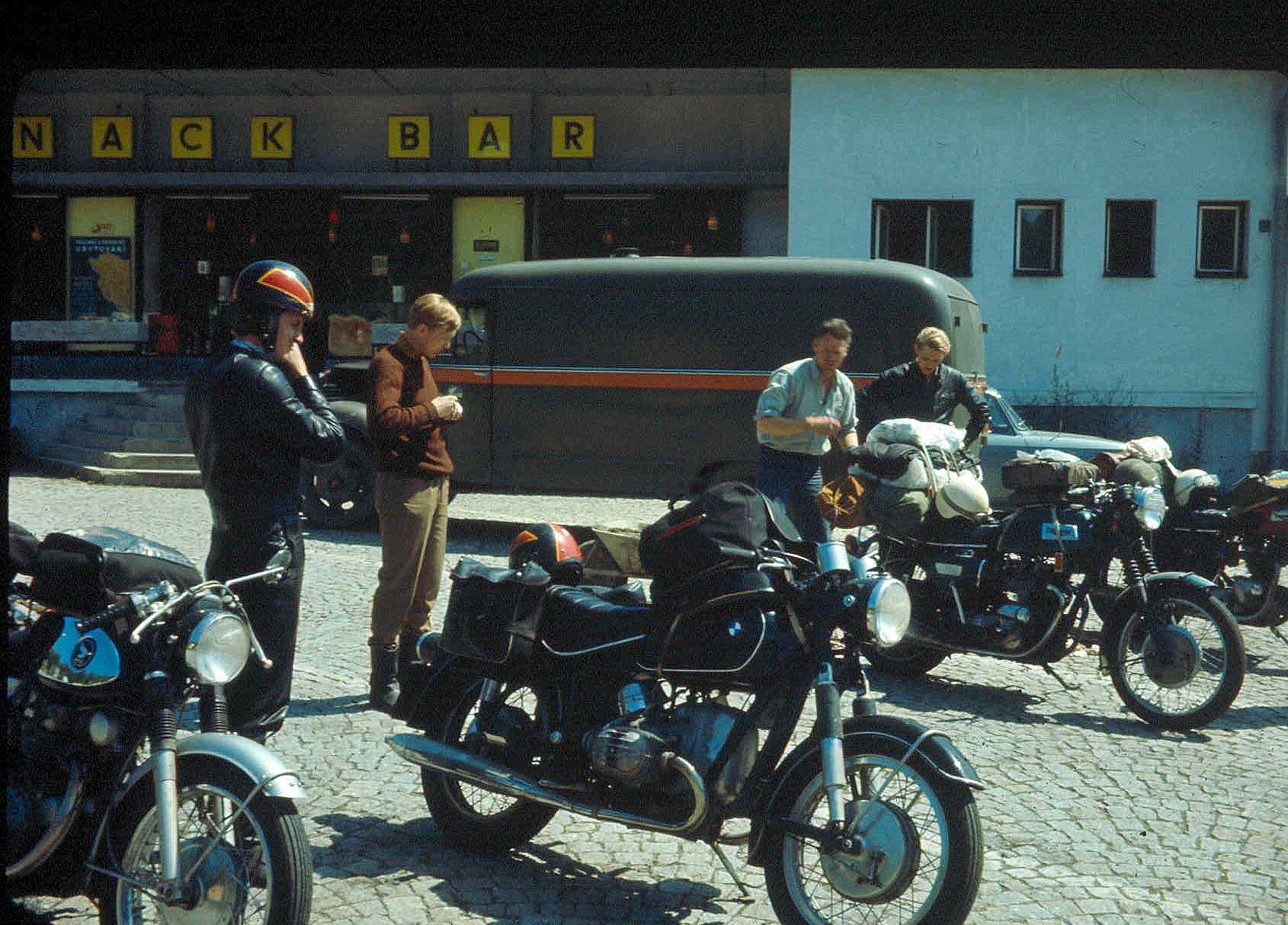 Rast på vejen. Fra venstre Krause, mig selv, Gunnar Berg og Storm. Krause kørte Honda, Jens Jørgen BMW, Gunnar Berg Triumph Trident, Storm en 2-cylindret Triumph