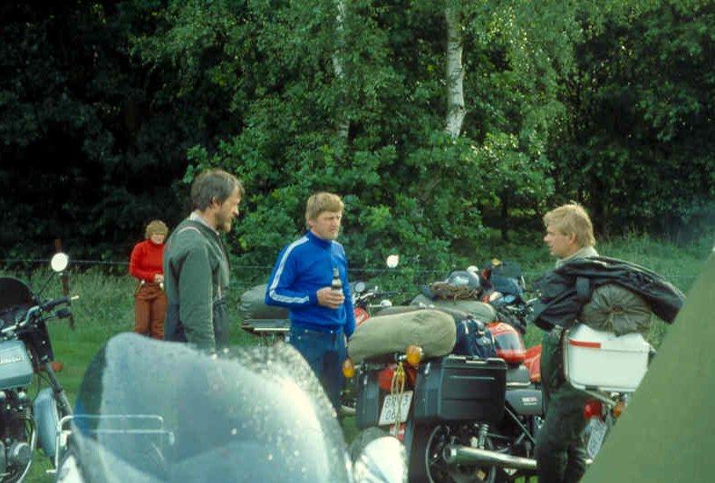 Gert deltog i Jens Jørgens årlige arrangement til Assen i 1980. Han var på bagsædet hos Jens Jørgen på hans Honda 750. Gert tv med jørgen Svendsen og Valther Jørgensen.