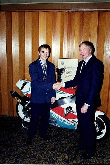 Storcenter Nord 1995. Jeg overrækker Anders Rasmussen hans diplomer mm. for hans Europamesterskab i Superbike 1994.
