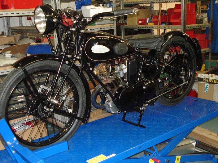Triumph XO efter renovering i original farve og staffering, med de rigtige transfers og korrekt lygte.