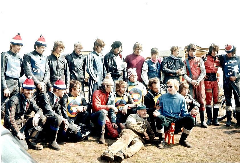 Påsketræning i Hvidsten 1973 med vores svenske venskabsklub og Randersfolk. Karl liggende i kedeldragt, jeg selv th for Karl