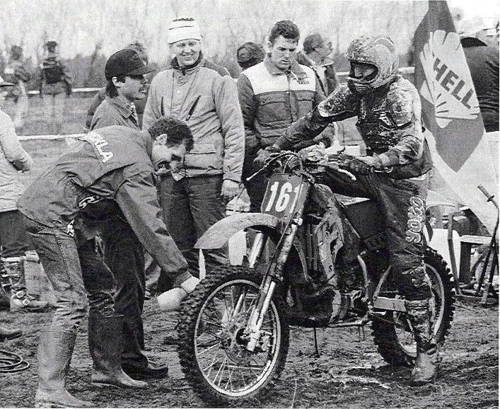 Husqvarnaen blev solgt, og de sidste år af min aktive karriere kørte jeg på Kawasaki´er leaset hos Brdr. Sejr. Først var det 500cc og til sidst 250cc. Her er det GN 89, et billede fra et klubblad med Kurt Villadsen, Svejk, Knud Møller og Ove Hansen.