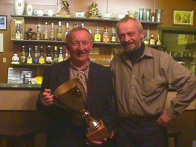 Gert Nøjsen th skænkede klubben den 4. Jubilæumspokal. Den første vinder var Jimmy Smed tv, der fik pokalen overrakt ved generalforsamlingen i 2001.