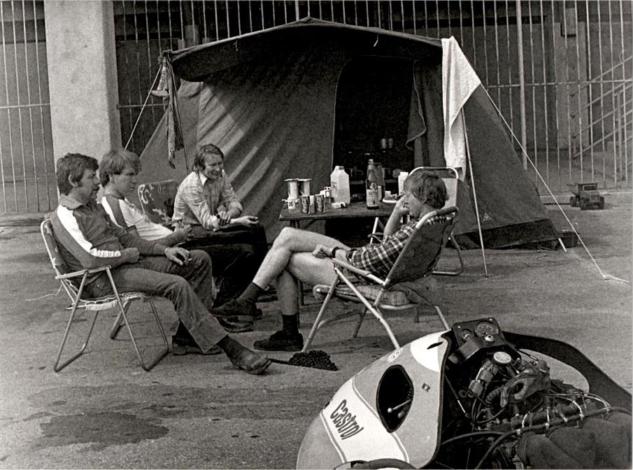 Misano-træning marts 83. Et afslappet øjeblik og en snak med fra venstre Ole Møller, Theo Møller og Alex Hasager.