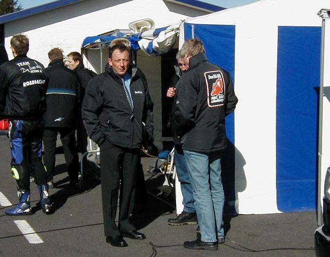 Snakken går videre, formand Bent Andersen tv. Bemærk Challenge-logoet på ryggen af min jakke.