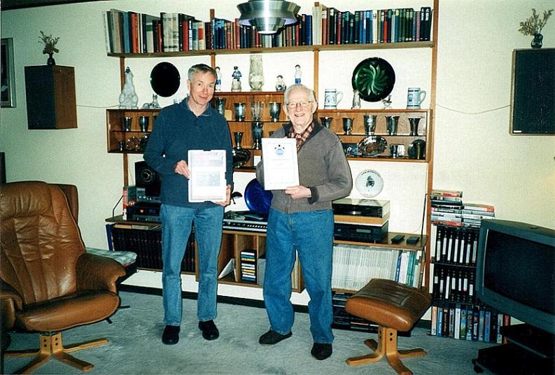 Aksel Müller blev udnævnt som æresmedlem i 2006. John Williams og jeg overrakte ham diplomet hjemme i privaten.