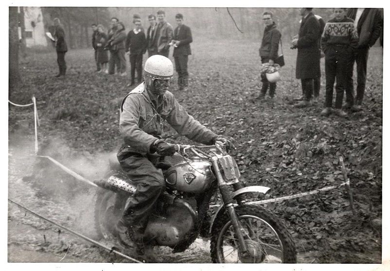 Efter Puch´en fik jeg en Maico 175cc fra 1954, som Leif Pedersen havde haft fra ny, hvor den var leveret som en enduro-model. Billedet er fra det første Scott-trial 3. nov. 1963 på Fyn. Senere blev Scott-trial til Grand National.