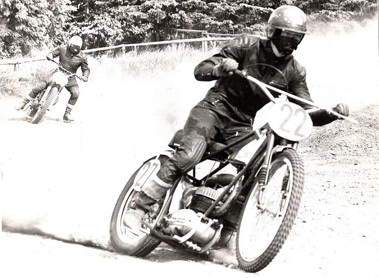 Min Bultaco baneracer i et klubløb på Elling-banen i 1970. I baggrunden Finn Pauli Thomsen.
