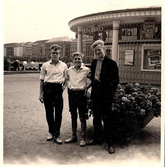 Turen til Plattling 1960. Rast i Hamburg. Fra venstre Henning Elmstrøm, Leif Elmstrøm i midten, jeg selv th.
