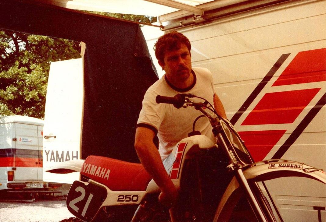 Søren kørte for Yamaha i 1983 0g 84. Her er det mekaniker Anders Kou i aktion.