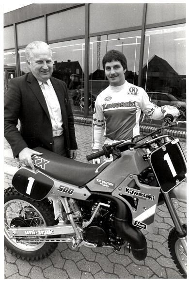 I 1985 kørte Søren for første gang på Kawasaki. Her sammen med importøren Carl Andersen. Der blev aldrig lavet en skriftlig kontrakt.